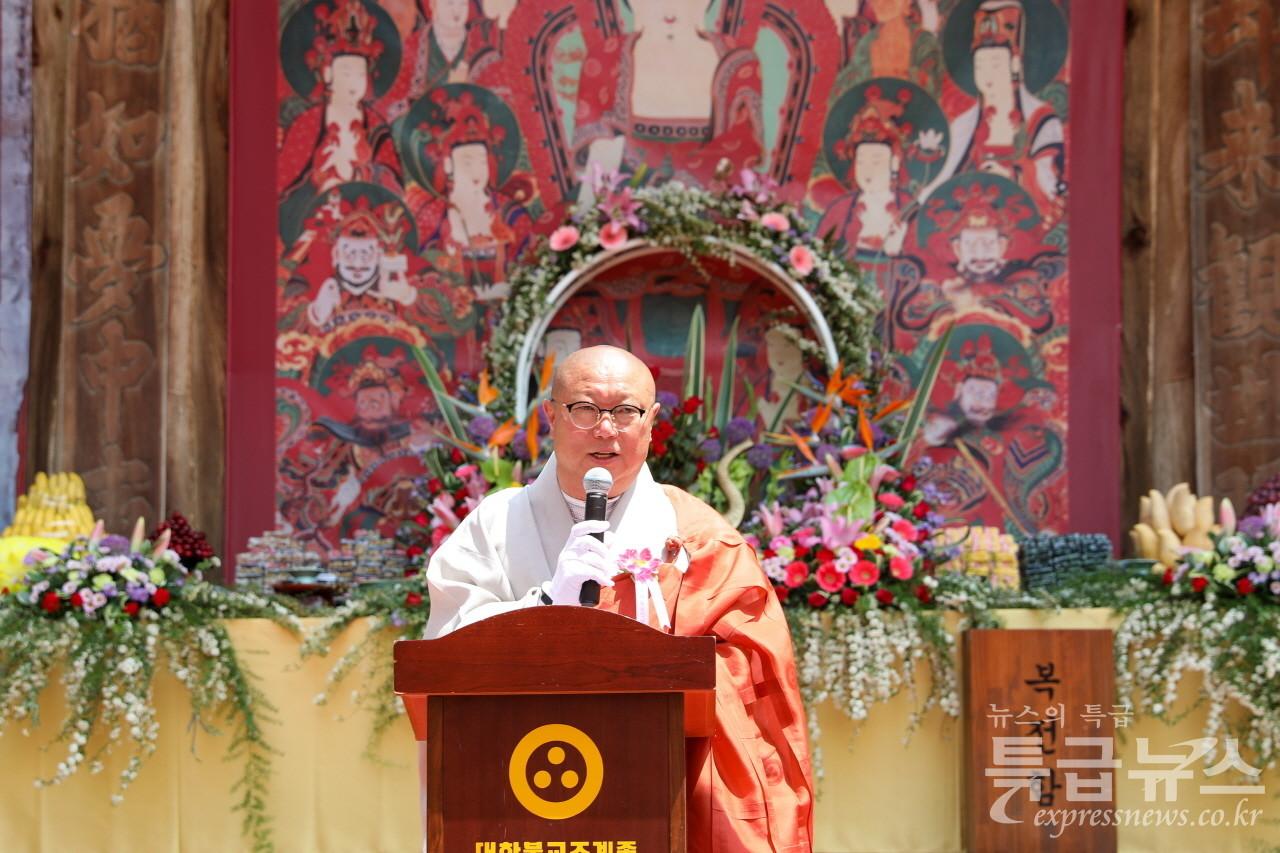 취성 원경 스님이 법어를 하고 있다.